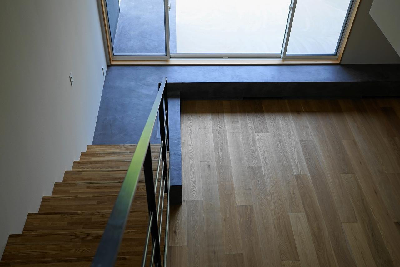 リビングイン階段とモールテックスベンチ