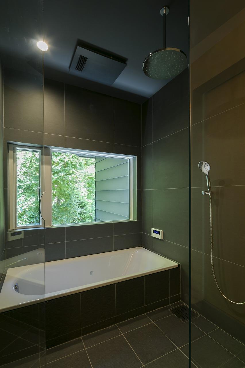 黒い造作バスルーム